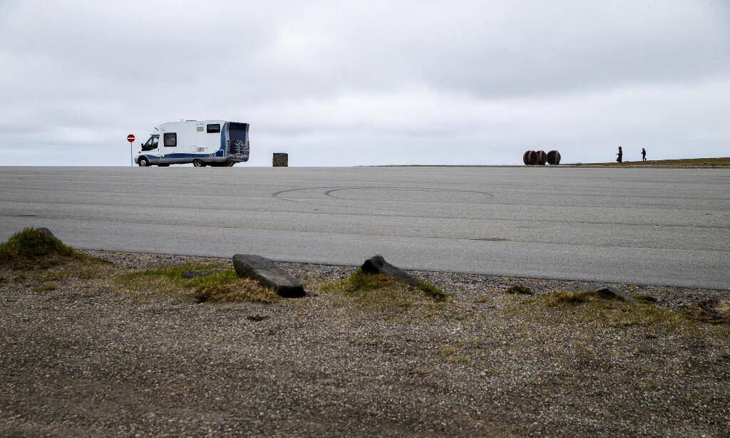 HELT TOMT: På en vanlig dag er det helt fullt på parkeringsplassen ved Nordkapp-platået. Nå er det tomt. På en god sommerdag er det 6-7000 turister på platået. Foto: Henning Lillegård / Dagbladet