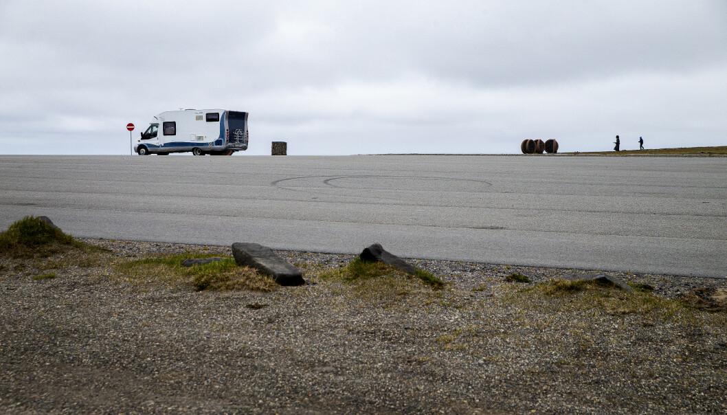 <strong>HELT TOMT:</strong> På en vanlig dag er det helt fullt på parkeringsplassen ved Nordkapp-platået. Nå er det tomt. På en god sommerdag er det 6-7000 turister på platået. Foto: Henning Lillegård / Dagbladet