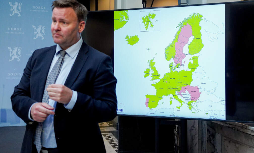 KART: Assisterende helsedirektør Espen Rostrup Nakstad avbildet med kartet over land nordmenn kan reise til uten å måtte gå i karantene når de kommer hjem igjen. Foto: Fredrik Hagen / NTB scanpix