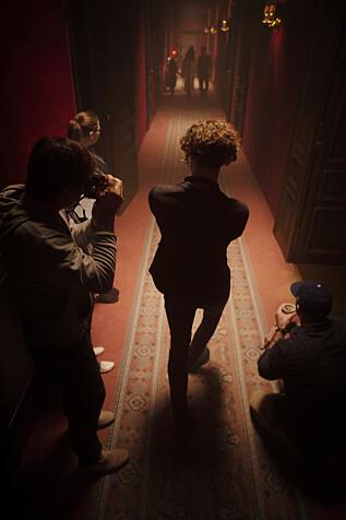 INNSPILLING: Regissør og crew på sett. Foto: Netflix.