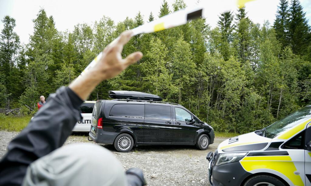 En person er bekreftet omkommet og en er sendt til St. Olavs hospital med alvorlige skader etter at et mikrofly krasjet ved Meråker flyplass fredag ettermiddag. Foto: Ole Martin Wold / NTB scanpix