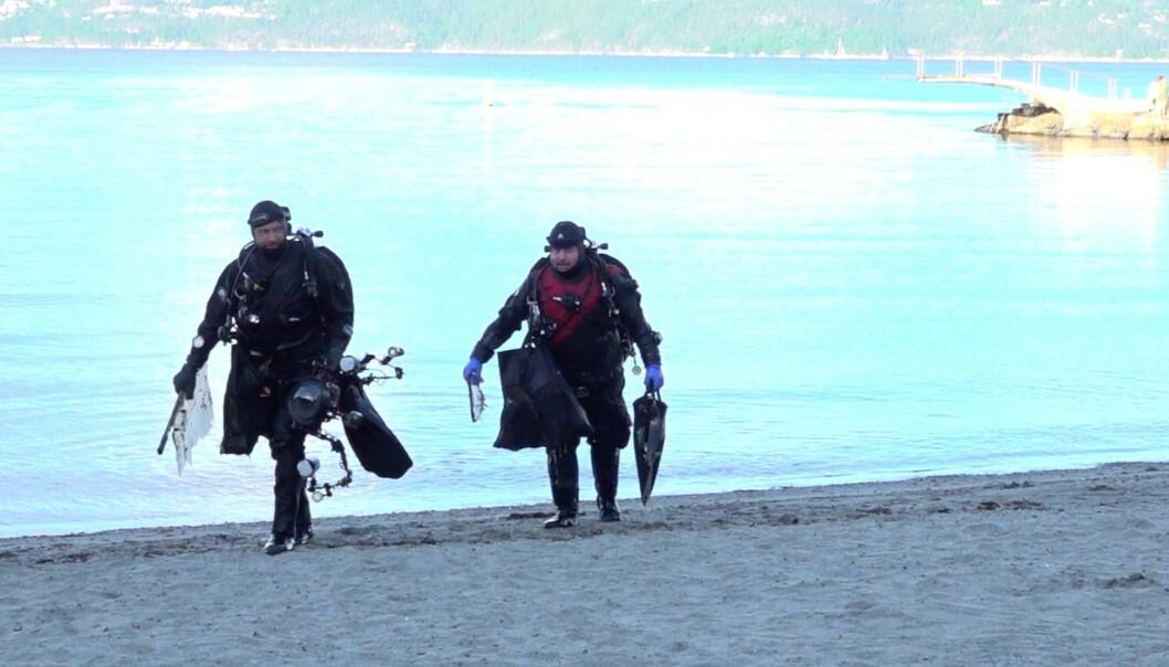 EKSTREME MENGDER: De to dykkerne kom opp med en stor fangst etter en tur til havbunnen i Oslofjorden. Foto: Marie Røssland / Dagbladet
