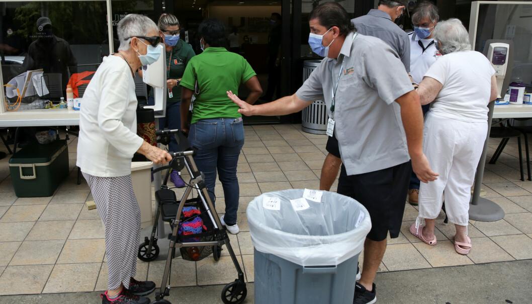 DRAMATISK: Sykehusene flere steder i USA er i ferd med å bli helt fulle. Her venter folk utenfor sykehuset Jackson Memorial Hospital i Miami. Foto: REUTERS/Marco Bello