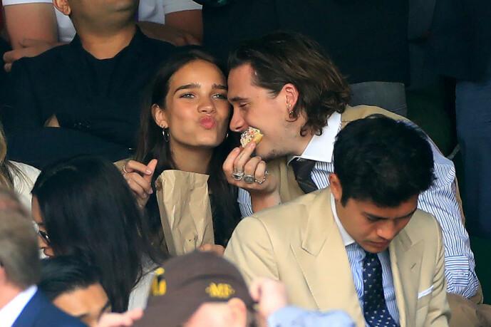 PÅ WIMBLEDON: Her er Hana Cross og Brooklyn Beckham avbildet under herrenes Wimbeldon-finale i midten av juli i fjor. Foto: NTB Scanpix