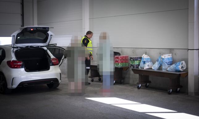 BESLAG: Her undersøker Tveit en bil fra Danmark, og tar et mindre tobakkbeslag. Foto: Lars Eivind Bones / Dagbladet.