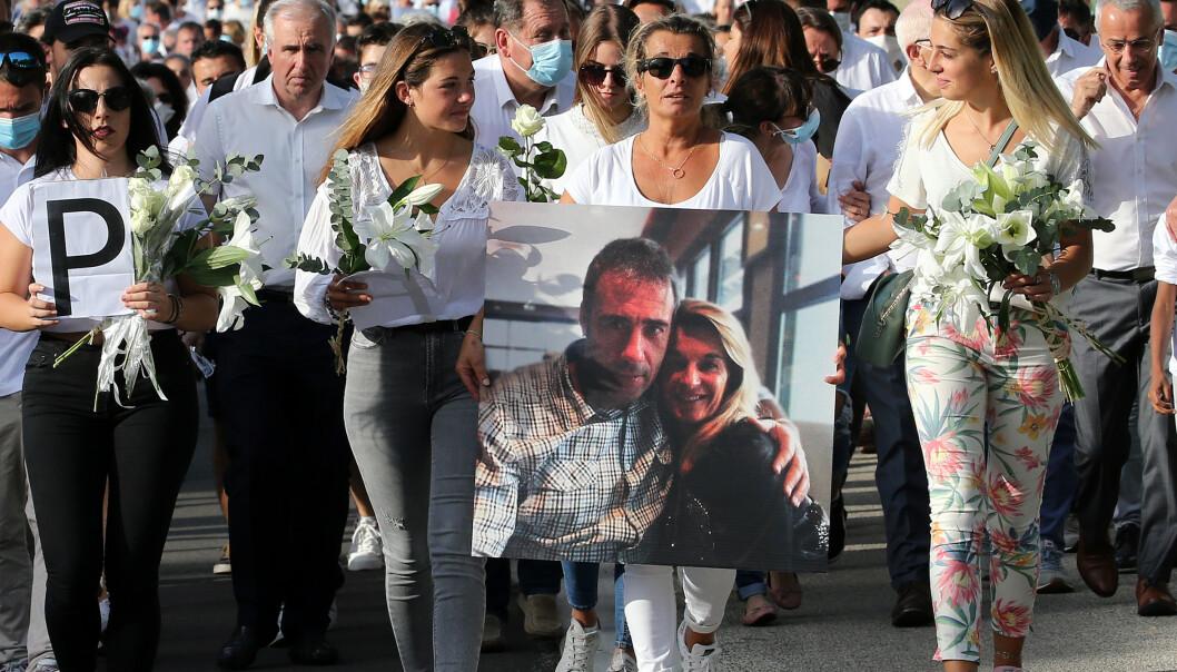 KNUST: Familien er i sorg etter at den franske bussjåføren Philippe Monguillot ble overfalt av passasjerer på bussen han kjørte 5. juli. Her er kona Veronique Monguillot og døtrene (f.v.) Melanie, Marie og Manon på en minnemarsj for ektemannen tidligere denne uka. Foto: AP