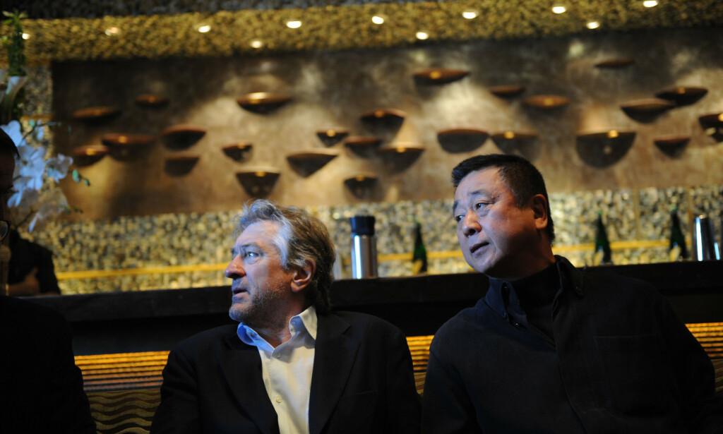EIER: Robert De Niro er en av eierne av luksusrestaurantkjeden Nobu, som med åra har blitt et kjendishotspot. Her er han fotografert med den japanske kokken Nobuyuki «Nobu» Matsuhisa da de åpnet restaurant i Moskva i 2009. Nå går det dårlig med kjeden, på grunn av pandemien. Foto: NTB Scanpix