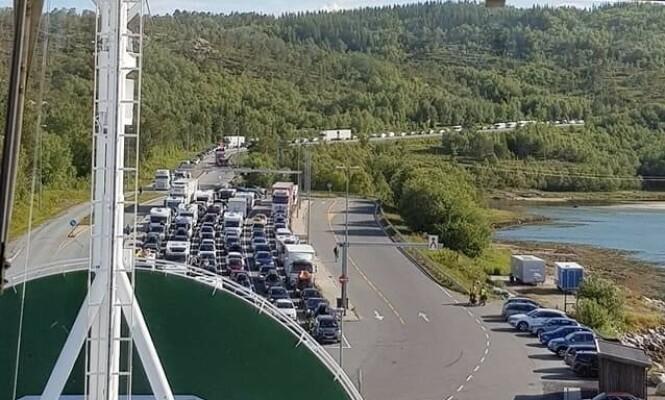 UVANLIG: Køen utenfor fergeleiet Bognes var sondag en kilometer lang. Foto: Torghatten Nord AS