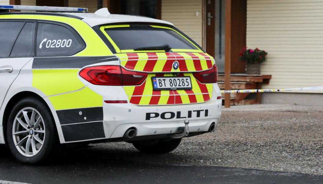 Politiet er på stedet etter at en person ble funnet død natt til søndag. Foto: NTB scanpix