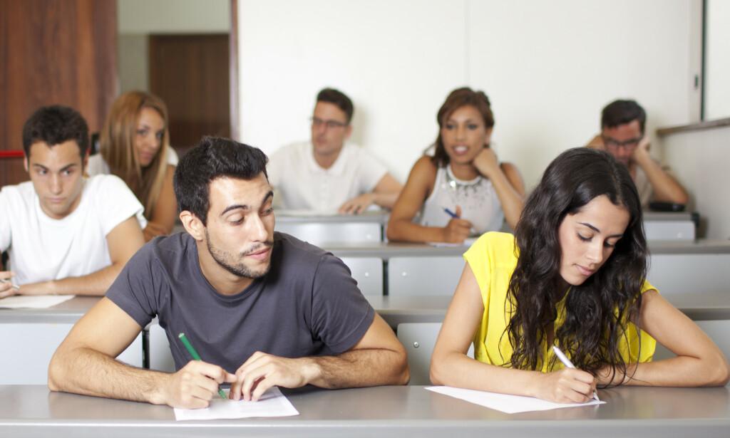 JUKSEMAKER: Flere universitet og høgskoler har merket at det har vært økt eksamensjuks. Foto: Shutterstock