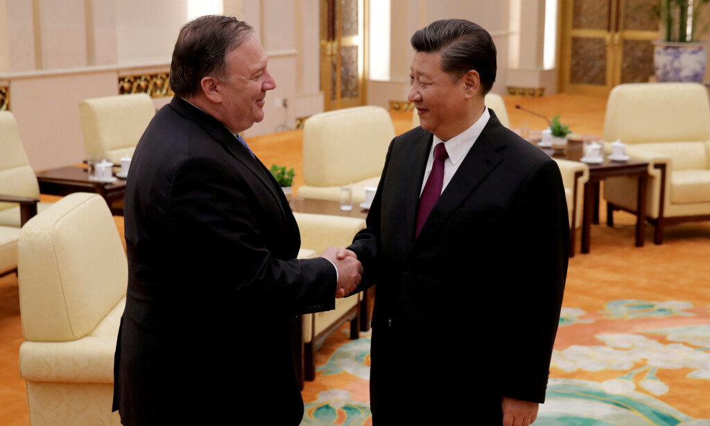 EN ANNEN TONE: USAs utenriksminister Mike Pompeo avbildet med president Xi Jinping under et besøk til Bejing i juni 2018. Litt over to år senere er forholdet mellom de to stormaktene stadig mer iskaldt. Foto: Andy Wong / REUTERS / NTB scanpix