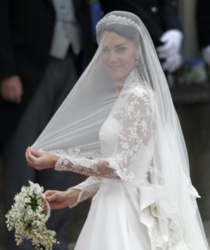 FLOTTE DETALJER: Legg merke til de fine blondene på kjolen. Foto: NTB Scanpix
