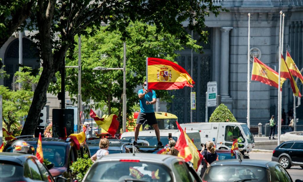VIRUS-OPPRØR: Hundrevis av biler og motorsykler med spanske flagg i Madrids gater 23. mai. Vox på ytre høyre forsøkte å få til et opprør mot statsminister Pedro Sánchez mens Spania var som verst rammet av corona-epidemien. Foto: Brais g Rouco / SOPA Images / Shutterstock / NTB Scanpix