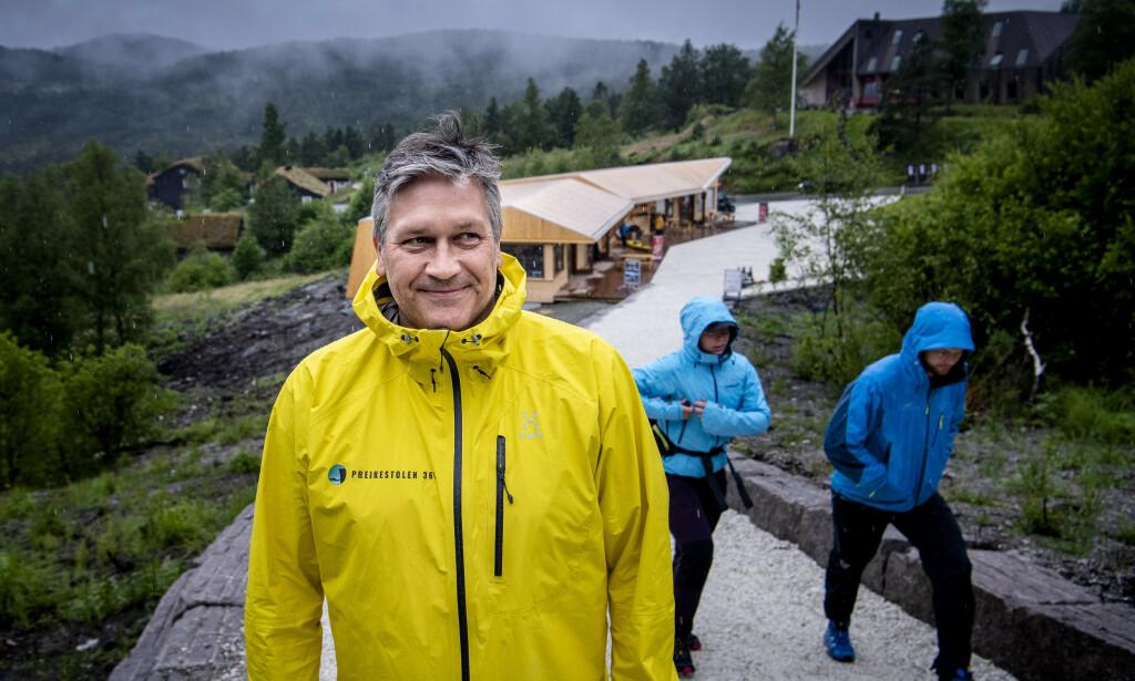 PREIKESTOLEN: Helge Kjellevold er daglig leder i Stiftelsen Preikestolen, og forteller at det er merkbart mindre turister i Forsand i år. Foto: Lars Eivind Bones / Dagbladet.