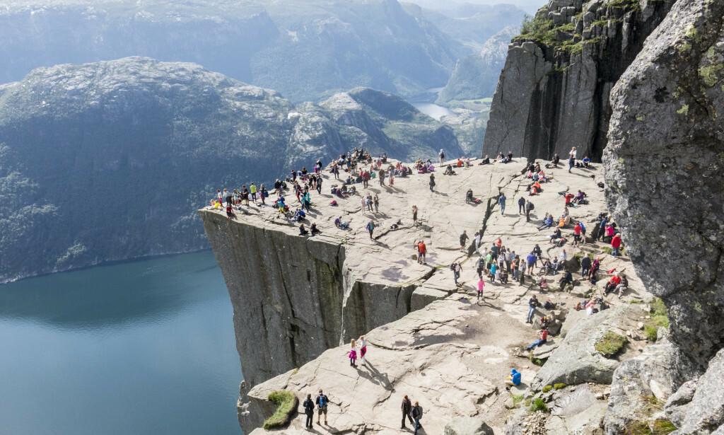 POPULÆRT: Vanligvis strømmer turistene til Preikestolen ved Lysefjorden, men i år har de uteblitt. Foto: Paul Kleiven / NTB Scanpix.