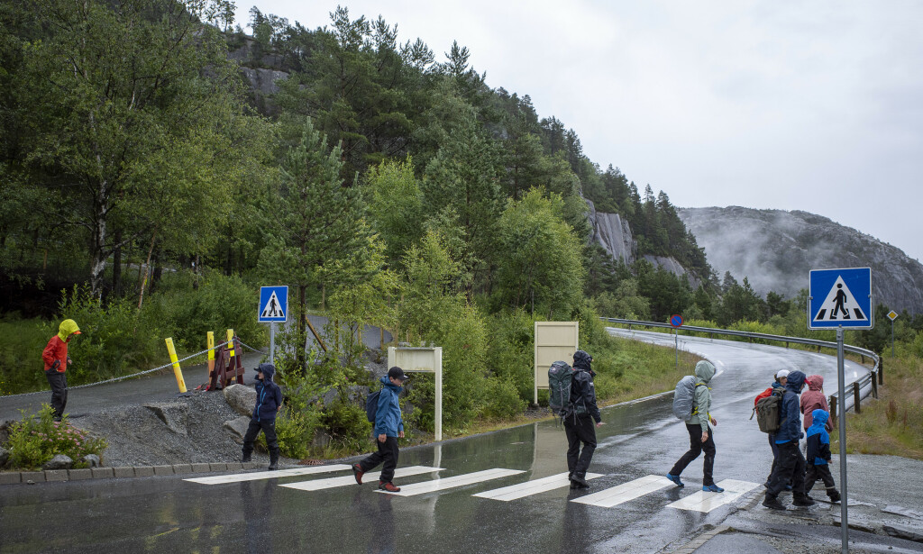 NORDMENN: I år er det i all hovedsak nordmenn og dansker som tar seg turen til Preikestolen. Foto: Lars Eivind Bones / Dagbladet.