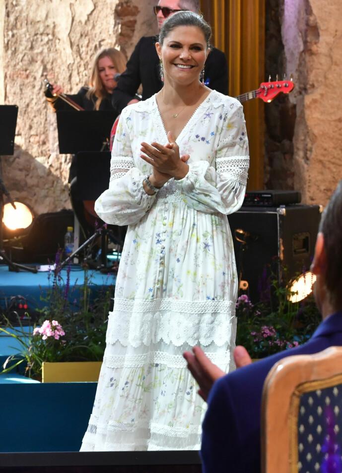 KJOLE: I stedet for den tradisjonsrike folkedrakten, hadde kronprinsessen på seg en sommerlig kjole fra det svenske klesmerket By Malina. Foto: NTB Scanpix