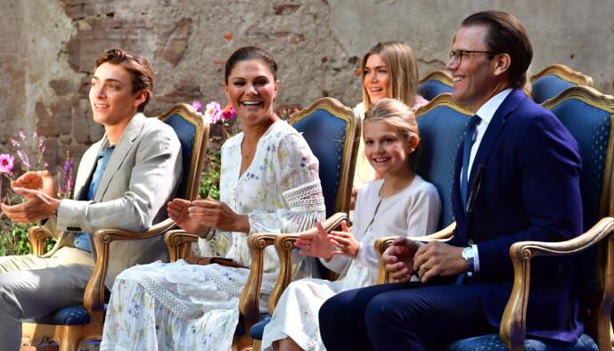 <strong>UTEN MADDE:</strong> Kronprinsesse Victoria, prinsesse Estelle og prins Daniel under førstnevntes bursdagsfeiring den 14. juli. Foto: Jonas Ekströmer / TT via AP / NTB scanpix