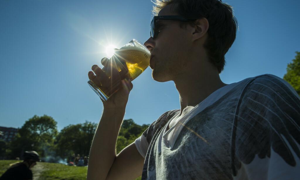 ALKOHOL I VARMEN: Det finnes mer enn hundre medisiner du skal være forsiktig med å blande med akolhol, spesielt gjelder det når det er varmt. Foto: NTB Scanpix