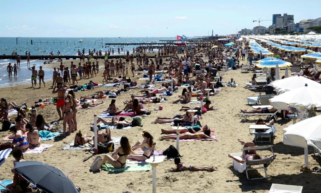 FOLKEMASSER: Mange legger turen til den italienske stranda i sommer, til tross for at coronaviruset herjer i verden. Foto: Mirco Toniolo / errebi / agf / shutterstock / NTB scanpix