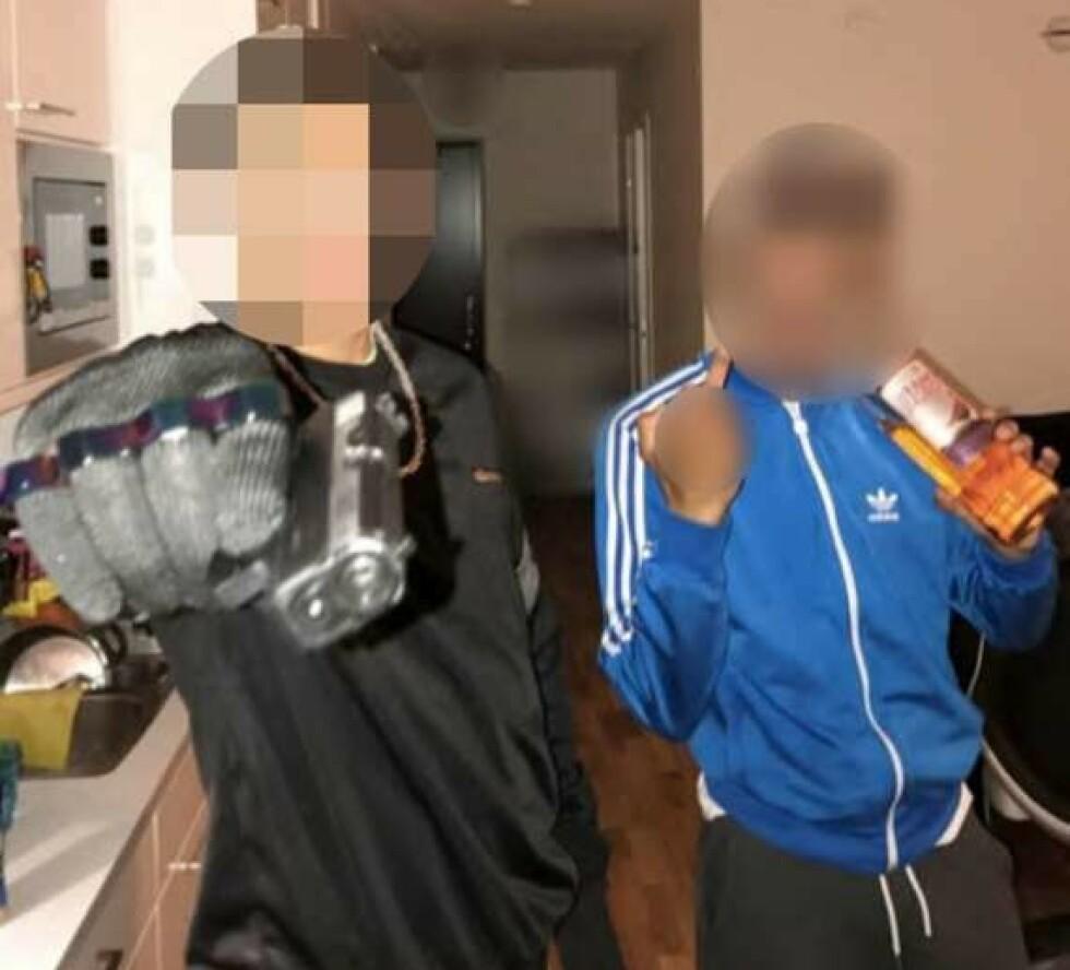 AVSLØRT: 25-åringen som her retter en pistol mot kamera tok imot 388 kilo cannabis - verdt rundt 35 millioner svenske kroner. Ved hjelp av en infiltrasjons-operasjon kunne politiet arrestere mannen, som til daglig jobber i reklamebransjen. Personen til høyre er ikke mistenkt i den aktuelle saken.