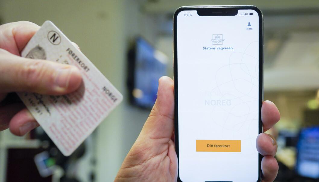 Du kan få førerkortet ditt som egen app fra Statens Vegvesen. Men først må du klare teoriprøven og oppkjøring. Foto: Fredrik Hagen / NTB scanpix