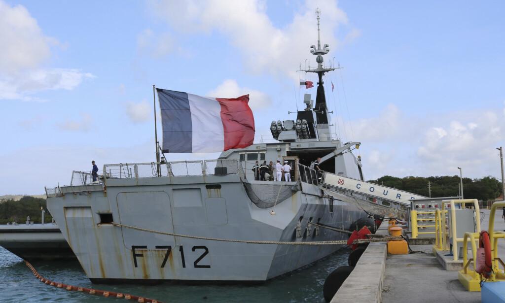 Franske marinefartøy deltar i EUs operasjon for å håndheve forbudet mot å levere våpen til de krigførende partene i Libya. EU-operasjonen blir nå kritisert av USA. Foto: AP / NTB scanpix