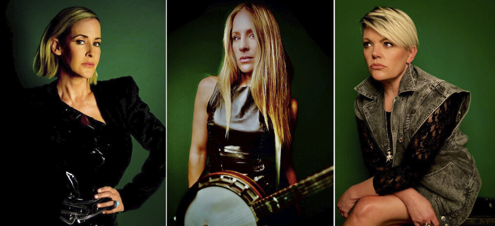 NYTT ALBUM, NYTT NAVN: Dixie Chicks startet som et bluegrassband i 1989 og ble mestselgende kvinnegruppe og mestselgende countryband. I dag lanseres deres første album på 14 år, sterkt personlige «Gaslighter», under navnet The Chicks. Fra venstre på dette coronavennlige bildet: Martie Maguire, Emily Strayer og Natalie Maines. Foto: The Chicks / AP / NTB Scanpix