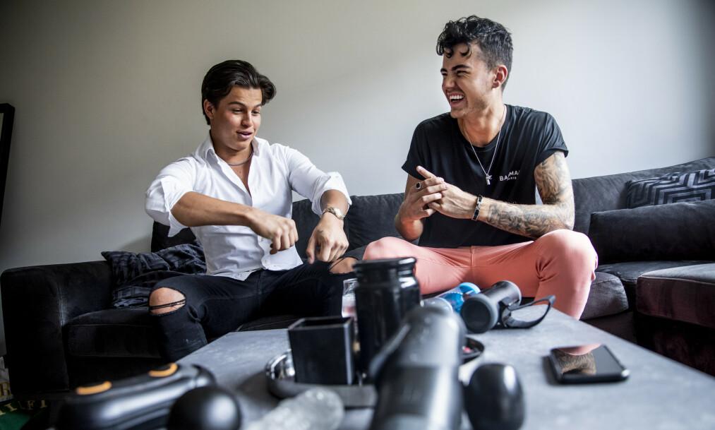 VURDERT: Cristian Brennhovd og Andreas Østerøy har testet nyhetene innenfor sexleketøy-kategorien. Foto: Christian Roth Christensen