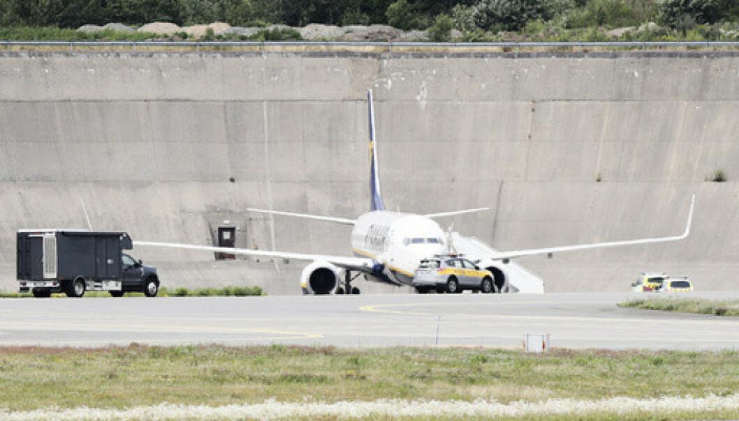 Bombetrussel mot et Ryanair-fly fredag. Flyet kom fra Stanstead. Passasjerene er evakuert. Politiet har anholdt en 51 år gammel mann, britisk statsborger, mistenkt for å stå bak bombetrusselen. Foto: Berit Roald / NTB scanpix