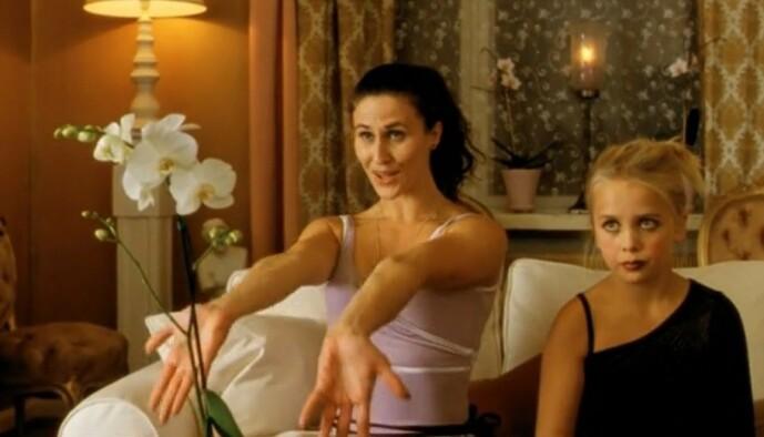 OND STEMOR: Ingrid Lorentzen spilte rollen som den onde skjønnhetsdronninga og stemora Kristin. Her er hun og Ida Maria Dahr Nygaard avbildet i filmen. Foto: Skjermdump fra filmen.