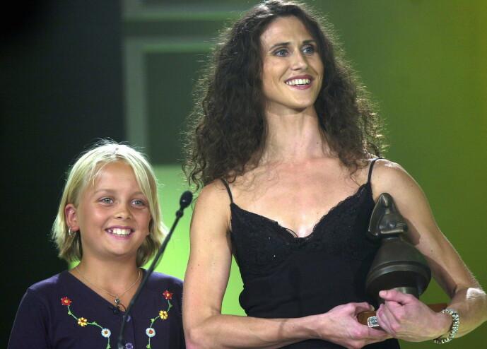 DELTE UT PRIS: Her er Ida Maria Dahr Nygaard avbildet sammen med Ingrid Lorentzen, da de delte ut prisen for Årets barne-og ungdomsfilm under filmfestivalen i Haugesund i 2003. Foto: NTB Scanpix