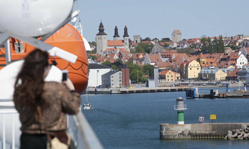 VISBY: Den eneste byen på Gotland, er Visby. Nå strømmer tursitene dit, ifølge politiet. Dette bildet ble tatt i juni. Foto: Fredrik Sandberg/TT/NTB scanpix