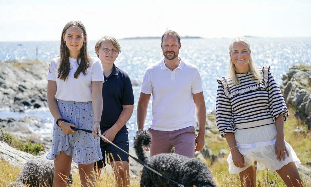 FAMILIE PÅ TUR: Tidligere denne uka ble kronprinsesse Mette-Marit og kronprins Haakon fotografert sammen med barna Ingrid Alexandra og Sverre Magnus på sommerstedet Dvergsøya. Foto: NTB Scanpix / Lise Åserud