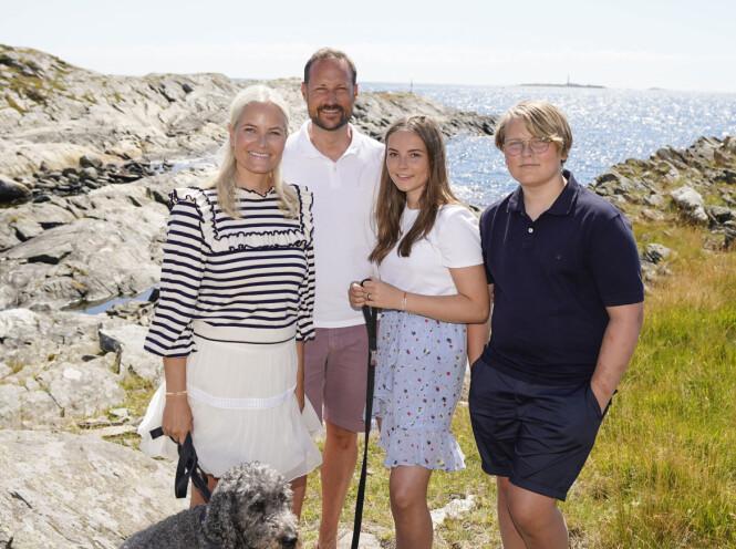 SOMMER: Kronprinsfamilien har feriert på Dvergsøya de siste ti åra. Her er kronprinsparet og barna Ingrid Alexandra og Sverre Magnus samlet. Foto: NTB Scanpix / Lise Åserud