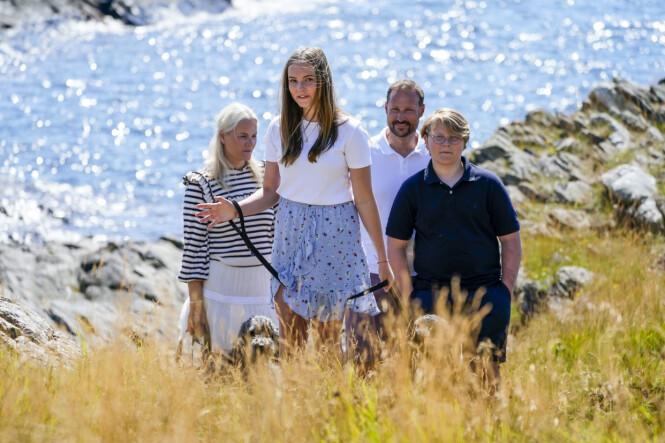 LEDER VEI: Prinsesse Ingrid Alexandra og resten av kronprinsfamilien på Dvergsøya utenfor Kristiansand. Foto: NTB Scanpix / Lise Åserud