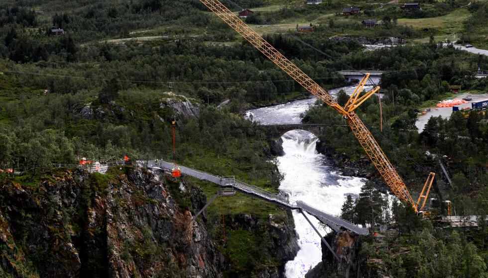 Fra 21. august blir det mulig å gå over den nye trappebrua som er bygd over mektige Vøringsfossen. Foto: Marianne Løvland / NTB scanpix