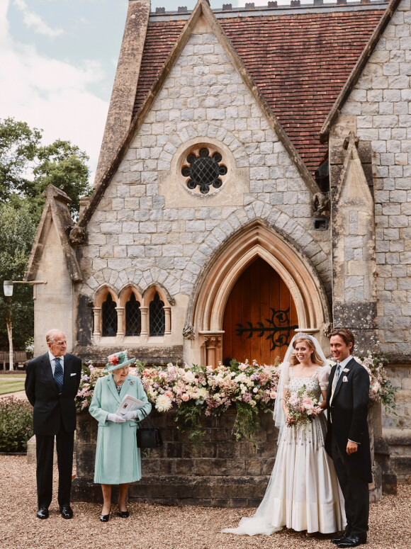 FAMILIE: Prinsesse Beatrice og Edoardo Mapelli Mozzi foran kapellet. På deres venstre side står prinsessens besteforeldre, dronning Elizabeth og prins Philip. Foto: NTB Scanpix