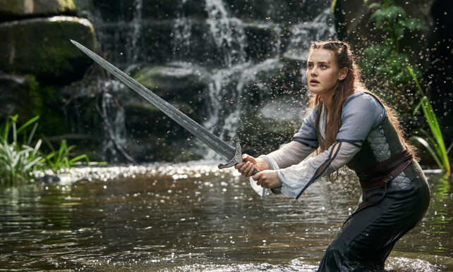FEILCASTET: Anmelderne lar seg ikke overbevise av sverdsvingingen til Katherine Langford i «Cursed». Foto: Netflix.