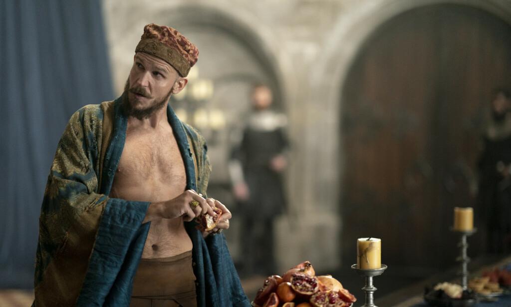 TROLLMANN: Gustaf Skarsgård spiller en lettkledd utgave av den legendariske trollmannen Merlin i «Cursed». Foto: Netflix.