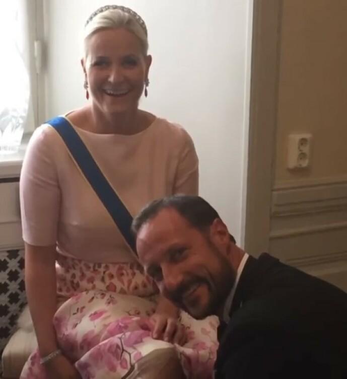 GENTLEMAN: I videoen har kronprinsessen lagt ved dette søte bildet av seg selv og ektemannen - som hjelper henne med å fikse på kjolen, før rojale oppdrag venter. FOTO: Skjermdump Instagram