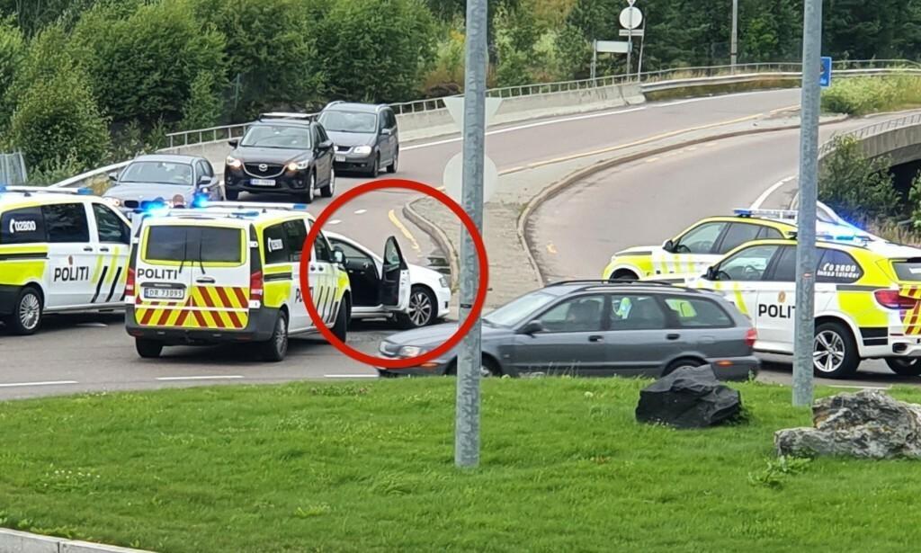 STOPPET: Politiet stoppet den hvite Audien. Foto: Bengt-Rune Holm