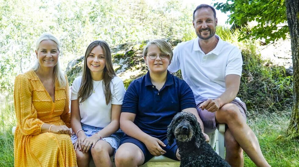 HERMING?: Den britiske avisa Express antyder at den norske kronprinsfamilien kopierer hertuginne Kates bilder i sosiale medier. Her er kronprinsfamilien avbildet på Dvergsøya utenfor Kristiansand i juli. Foto: NTB Scanpix