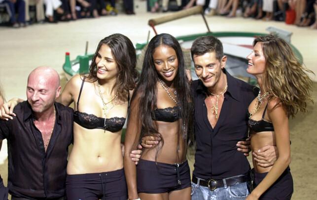 GJENG: I 2007 ble Bündchen omtalt av kollega Claudia Schiffer som den eneste gjenværende supermodellen. Her er hun i hvert fall i selskap med en av sine tidligere stjernekompanjonger- Naomi Campbell ( i midten). Den brasilianske modellen Fernanda Tavares er også avbildet, sammen med Domenico Dolce og Stefano Gabbana i 2002. Foto: NTB Scanpix