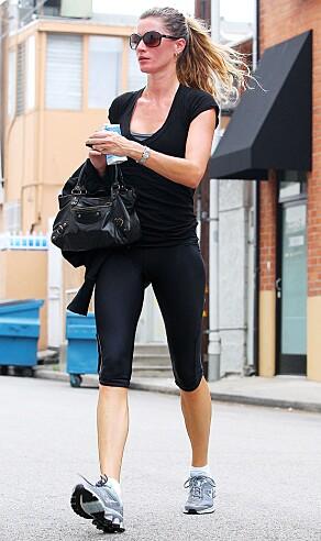 KONTRAST: Folk flest ser nok supermodellen oftest i glitrende kjoler og høye hæler. Er hun på farten, går hun imidlertid for en mer behagelig look. Her fotografert i 2011. Foto: NTB Scanpix