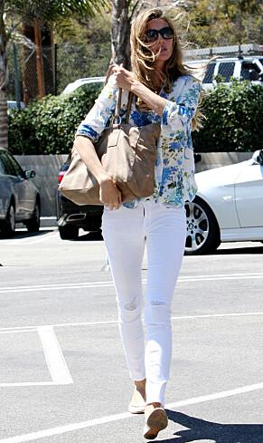 KONTRAST: Folk flest ser nok supermodellen oftest i glitrende kjoler og høye hæler. Er hun på farten, går hun imidlertid for en mer behagelig look. Her fotografert i 2013. Foto: NTB Scanpix