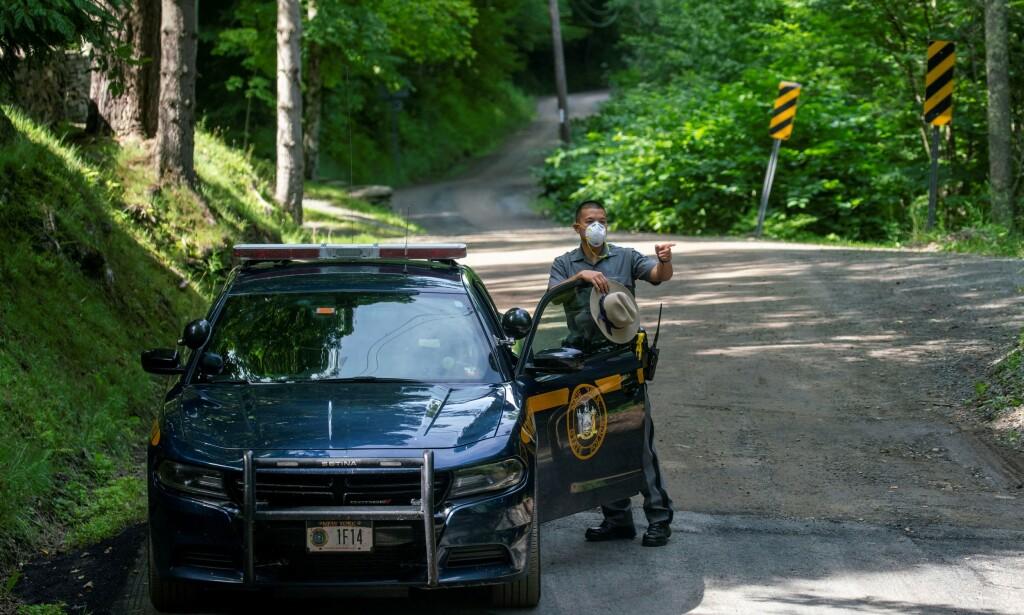 FUNNET DØDT: Politiet utenfor hjemmet i Catskills der advokaten Roy Den Hollander ble funnet død. Han er mistenkt for å stå bak drapet på sønnen til en føderal dommer. Foto: REUTERS/Eduardo Munoz