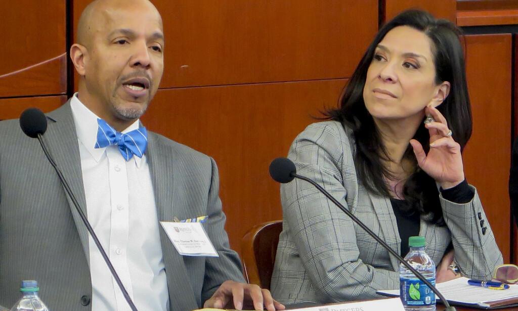 OVERLEVDE: Den føderale dommeren, Esther Salas, overlevde selv angrepet søndag. Men sønnen ble drept, og ektemannen er alvorlig skadd. Her er hun avbildet under en konferanse ved Rutgers University sammen med en annen dommer, Thomas Sumners. Foto: Rutgers Law School via AP