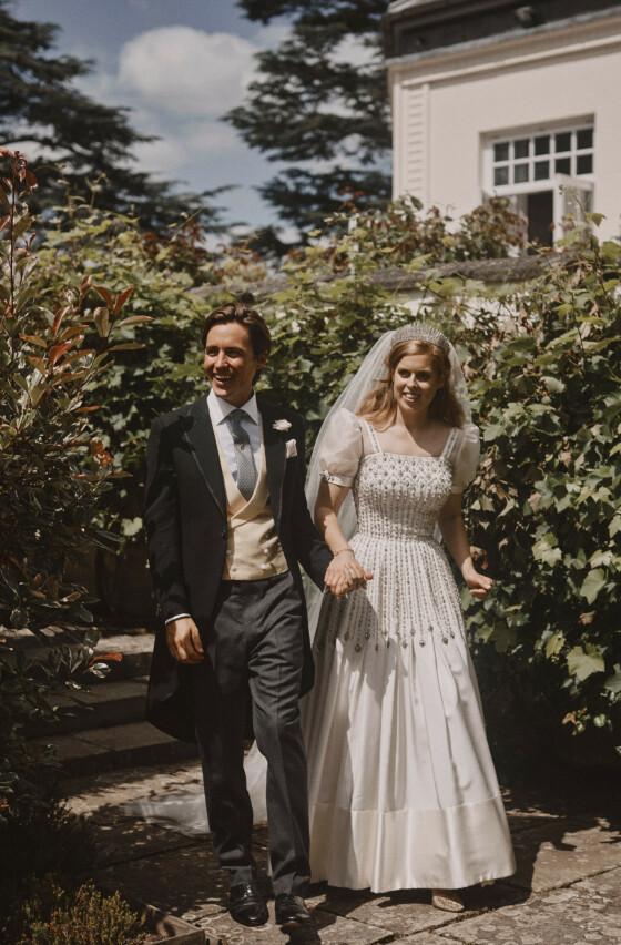 MANN OG KONE: Prinsesse Beatrice og Edoardo Mapelli Mozzi ble smidd i hymens lenker fredag 17. juli. Foto: NTB Scanpix