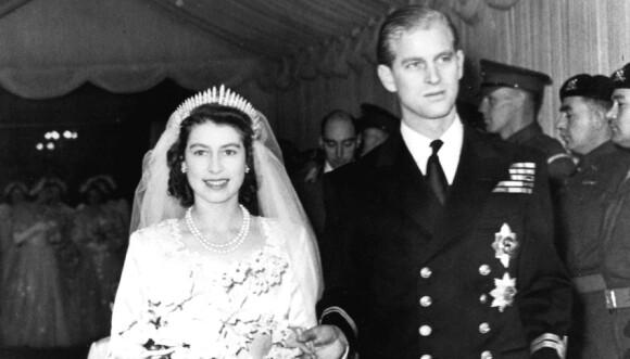 SAMME TIARA: Dronning Elizabeth sto brud i 1947. Tiaraen på bildet er den samme som prinsesse Beatrice bar på hodet under sitt bryllup fredag. Foto: NTB Scanpix